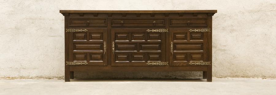 Декоративен винтидж бюфет с метални орнаментирани панти