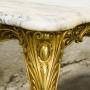 Позлатена метална маса с мраморен плот